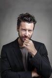 Jeune homme beau portant le costume gris Photographie stock libre de droits