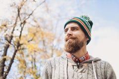 Jeune homme beau portant le portrait chaud d'extérieur de vêtements photos libres de droits