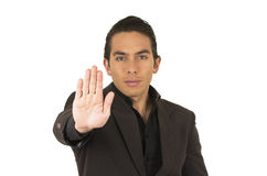 Jeune homme beau portant un costume posant faire des gestes Image stock