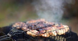 Jeune homme beau préparant le barbecue pour des amis dans l'arrière-cour Photographie stock