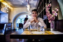 Jeune homme beau prenant le déjeuner dans le restaurant élégant Photos stock