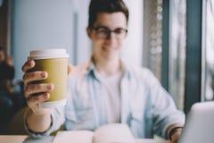 Jeune homme beau prenant le déjeuner en seul café Photos stock