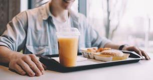 Jeune homme beau prenant le déjeuner en seul café Photo libre de droits