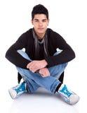 Jeune homme beau s'asseyant sur l'étage Images libres de droits