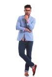 Jeune homme beau se tenant sur le fond l de studio photo stock