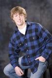 Jeune homme beau souriant dans l'appareil-photo Photographie stock
