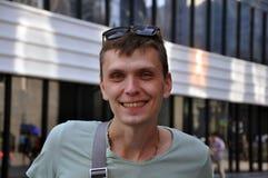 Jeune homme beau Verticale d'un homme de sourire photos stock
