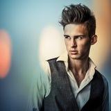 Jeune homme bel élégant. Colorez le portrait peint numérique d'image du visage des hommes. Image stock