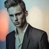 Jeune homme bel élégant. Colorez le portrait peint numérique d'image du visage des hommes. photographie stock
