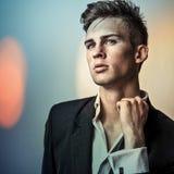 Jeune homme bel élégant. Colorez le portrait peint numérique d'image du visage des hommes. Photo libre de droits