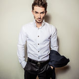Jeune homme bel élégant dans la chemise blanche Portrait de mode de studio Photo stock