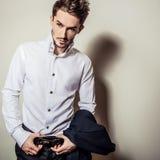 Jeune homme bel élégant dans la chemise blanche Portrait de mode de studio Photo libre de droits
