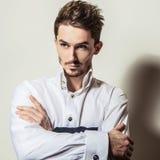 Jeune homme bel élégant dans la chemise blanche Portrait de mode de studio Photos stock