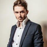 Jeune homme bel élégant dans le costume classique Portrait de mode de studio Photos stock