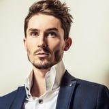 Jeune homme bel élégant dans le costume classique Portrait de mode de studio Photographie stock