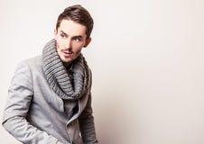 Jeune homme bel élégant dans le costume gris Portrait de mode de studio Photos stock