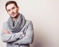 Jeune homme bel élégant dans le costume gris Portrait de mode de studio Images libres de droits