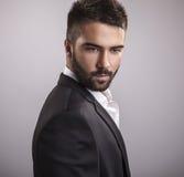 Jeune homme bel élégant. Portrait de mode de studio. photographie stock libre de droits