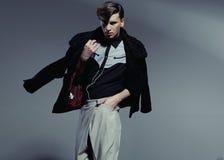 Jeune homme bel avec la coupe de cheveux exceptionnelle Photographie stock libre de droits
