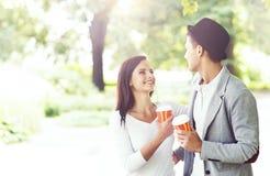 Jeune homme bel avec son amie en parc Images libres de droits