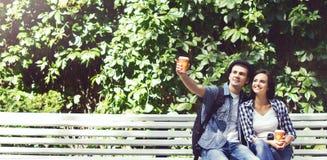 Jeune homme bel avec son amie en parc Photographie stock libre de droits