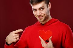 Jeune homme bel avec un coeur rouge dans des ses mains le Saint Valentin Images libres de droits