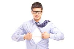 Jeune homme bel déchirant outre de sa chemise Photographie stock