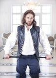 Jeune homme bel dans des vêtements médiévaux Photographie stock libre de droits