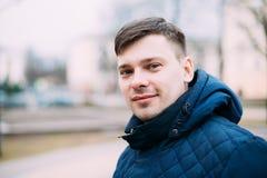 Jeune homme bel dans la veste bleue extérieure Vue au château de patrimoine mondial de Cesky Krumlov Images stock
