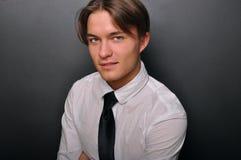 Jeune homme élégant, souriant. Modèle masculin. Photos stock