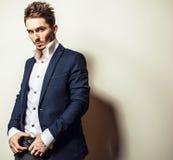 Jeune homme bel élégant dans le costume classique Portrait de mode de studio Photo stock