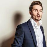 Jeune homme bel élégant dans le costume classique Portrait de mode de studio Image stock