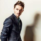 Jeune homme bel élégant dans le costume Portrait de mode de studio Photographie stock libre de droits