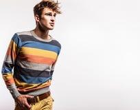 Jeune homme bel élégant. Portrait de mode de studio. Photo stock