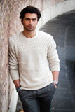 Jeune homme bel, mains dans des poches Homme de mode d'automne images stock