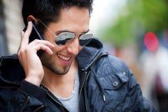 Jeune homme bel parlant du téléphone Photo libre de droits