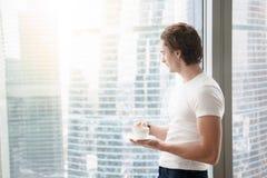 Jeune homme bel près de fenêtre intégrale Photo libre de droits
