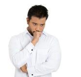 Jeune homme bel rêvassant profondément au sujet de quelque chose plaçant son menton sur le poing Image stock