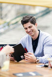 Jeune homme bel regardant le menu photo stock
