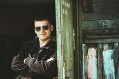 Jeune homme bel restant près de la vieille maison en bois en automne ou PS Image stock