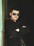 Jeune homme bel restant près de la vieille maison en bois en automne ou PS Photos stock