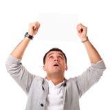 Jeune homme bel retenant le panneau blanc Photographie stock