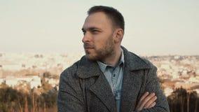 Jeune homme bel se tenant sur la vue panoramique de Rome, Italie et regardant autour Extérieur masculin sérieux dans le jour enso Photos stock