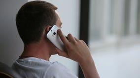 Jeune homme bel sur le plan rapproché de téléphone banque de vidéos