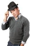 Jeune homme bel utilisant le chapeau noir. D'isolement Photos libres de droits