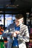 Jeune homme blond se préparant à l'entrevue d'emploi et ajustant le costume images libres de droits