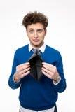 Jeune homme bouleversé tenant le portefeuille emty images libres de droits