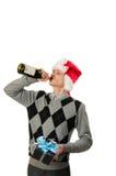 Jeune homme buvant du vin rouge Photo stock