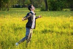 Jeune homme célébrant la nature et la liberté Photographie stock