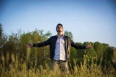 Jeune homme célébrant la nature et la liberté Photos stock